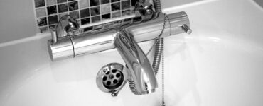 Featured image - 3 Key Signs Your Bathroom Needs New Plumbing