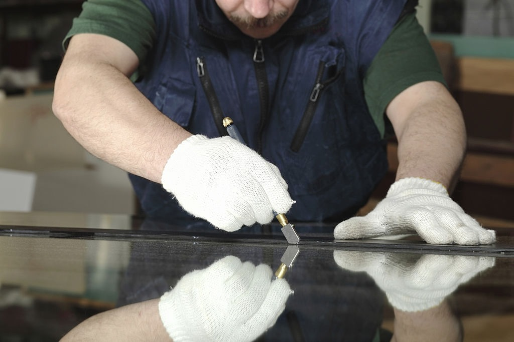 image - Cut the Annealed Glass with Glass Cutter
