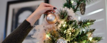 Featured image - Decorations to Get Your Apartment Holiday Ready [7 Crafts]