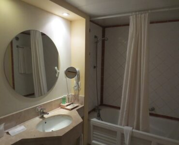 featured image - Oval Bathroom Mirror Ideas