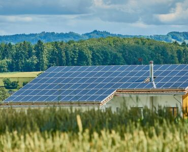 featured image - 5 Reasons to Consider Commercial Solar Installation for Your Business