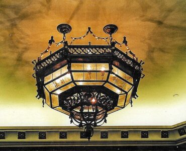 featured image - Top Tips for Choosing the Perfect Vintage-Style Chandelier