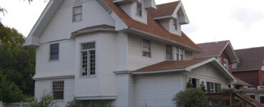 featured image - Homeowner's Guide to Siding a House on a Budget
