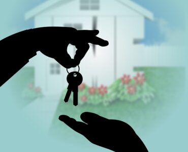 featured image - 3 Essential Tips to Sell a Home Today
