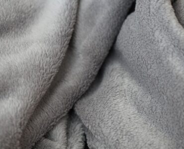 featured iamge - A Complete Buying Guide of Fluffy Blankets